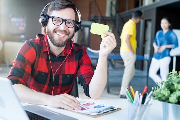 Moderne bebaarde man in it office