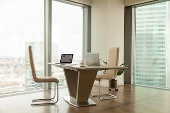 Moderne bedrijfsleiderswerkplek in een helder kantoor