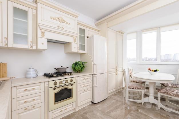 Moderne beige gekleurde luxekeuken