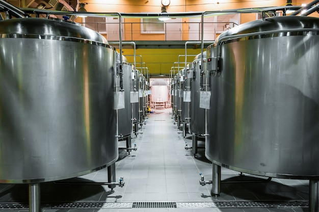 Moderne bierfabriek. rijen stalen tanks voor de opslag en fermentatie van bier.