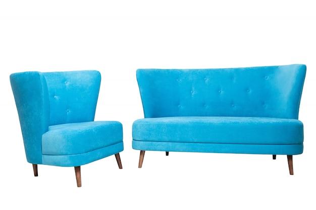 Moderne blauwe stoffenbank met houten benen en leunstoel die op wit wordt geïsoleerd