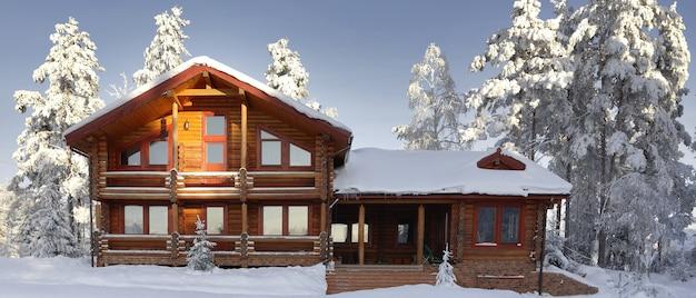 Moderne blokhut, houten woonhuis in de winter, vakantiehuis.