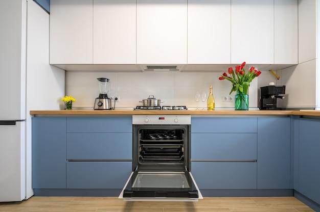 Moderne blueteal keuken interieur meubelen vooraanzicht