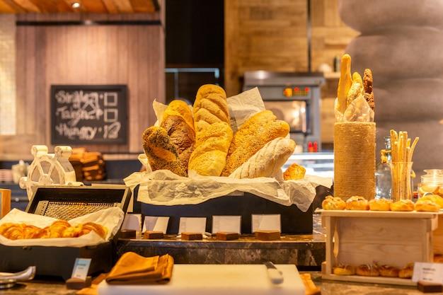 Moderne broodteller met grote verse bakkerijproducten.