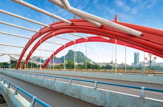 Moderne brug en stedelijk landschap, liuzhou, china.