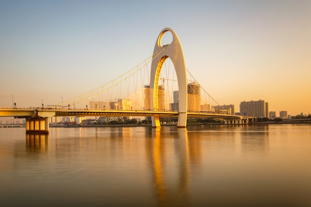 Moderne brug in rivier zhujiang en de moderne bouw van financieel district in guangzhoustad china