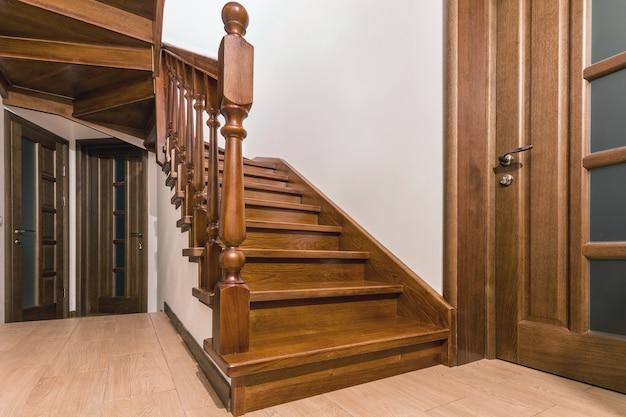 Moderne bruin eiken houten trappen en deuren in nieuw gerenoveerd huis interieur