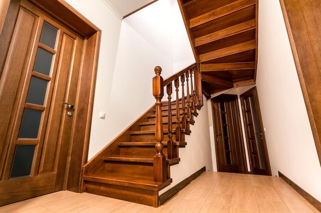 Moderne bruine eiken houten trappen en deuren in nieuw gerenoveerd huisinterieur