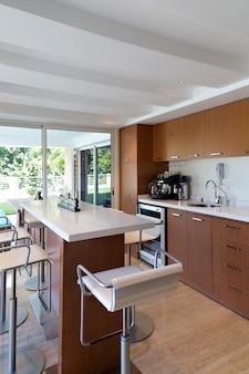 Moderne bruine keuken met uitzicht naar buiten, huis en decoratie.