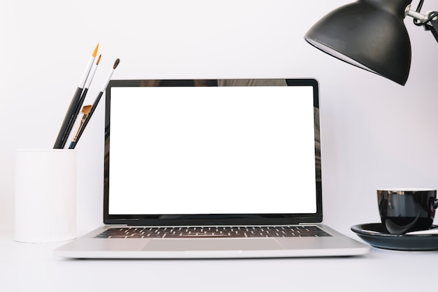 Moderne bureausamenstelling met technologisch apparaat