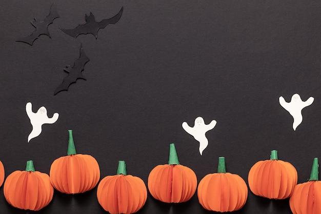 Moderne cadeaubon met halloween op donkere achtergrond. helloween in papier gesneden stijl op donkere achtergrond. fijne halloween.