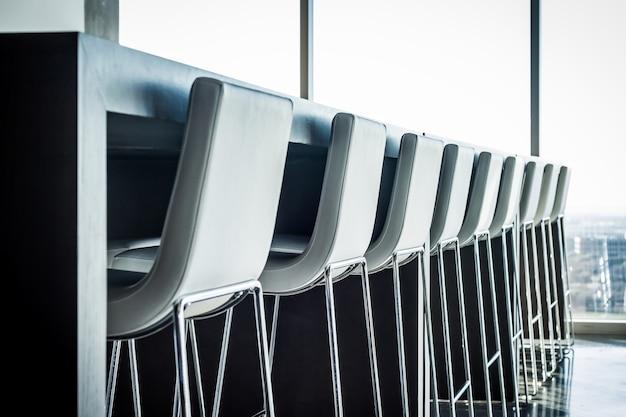 Moderne cafetaria met krukken op een rij