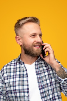 Moderne casual man spreken op mobiele telefoon