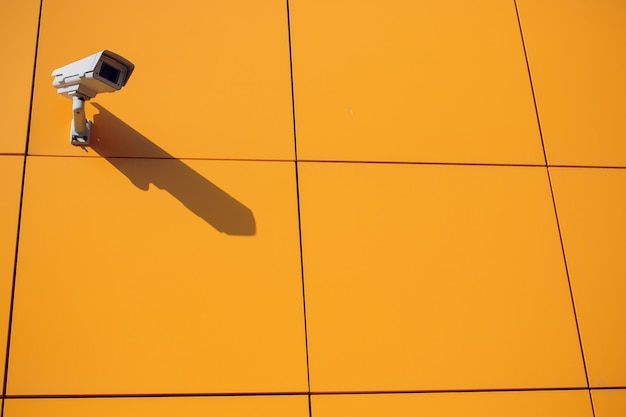 Moderne cctv-camera op de muur.
