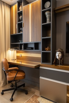 Moderne comfortabele werkplek in bruine en houttinten met elegante decoratie