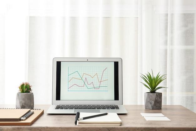 Moderne comfortabele werkplek met laptop op bureau thuis