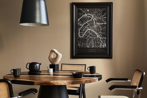 Moderne compositie van eetkamerinterieur met design houten tafel, stijlvolle stoelen, decoratie, theepot, kopjes, vat, commode, zwarte kaart en elegante accessoires in woondecoratie.