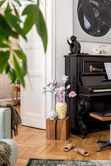 Moderne compositie van interieur met stijlvolle zwarte piano, designmeubels, tapijt, bloemen, planten, decoratie, schilderijen en elegante persoonlijke accessoires in woondecoratie.