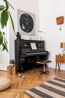 Moderne compositie van interieur met stijlvolle zwarte piano, designmeubels, tapijt, cactussen, planten, decoratie, schilderijen en elegante persoonlijke accessoires in woondecoratie.