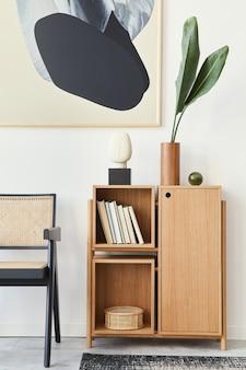 Moderne compositie van woonkamer interieur met design zwarte stoel, houten boekenkast, tropisch blad in vaas, boek, tapijt, decoratie en abstracte schilderingen aan de muur.