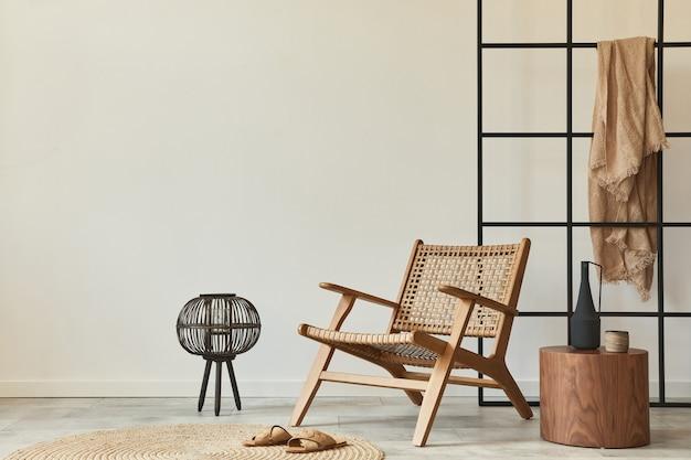 Moderne compositie van woonkamerinterieur met design fauteuil, zoldermuur, kruk, decoratie en elegante persoonlijke accessoires.