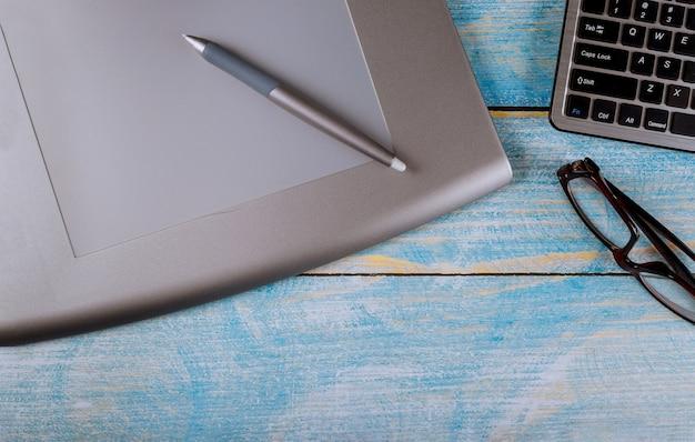 Moderne creatieve werkruimte creatieve grafisch ontwerper bureau