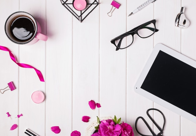 Moderne dameswerkplek met tabletkoffieglazen en andere kleine accessoires
