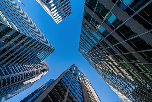 Moderne de gebouwencityscape van bureauglazen onder blauwe duidelijke hemel in washington dc, de vs, in openlucht financieel wolkenkrabberconcept, symmetrische en perspectiefarchitectuur