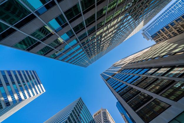 Moderne de gebouwencityscape van bureauglazen onder blauwe duidelijke hemel in washington dc, de vs
