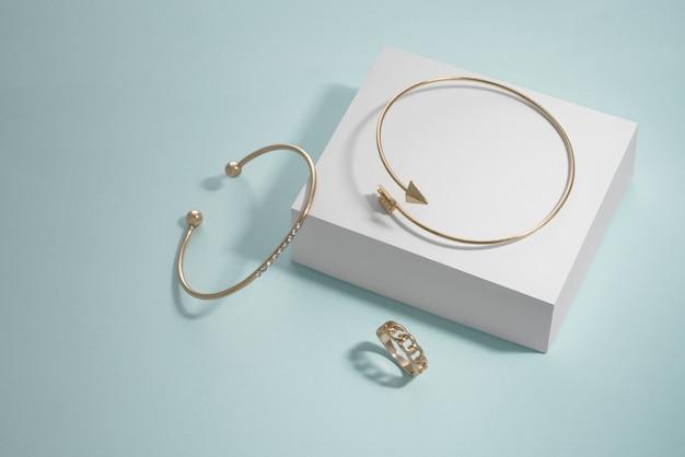 Moderne design pijlvorm en diamanten armbanden en ring op witte doos op blauwe achtergrond