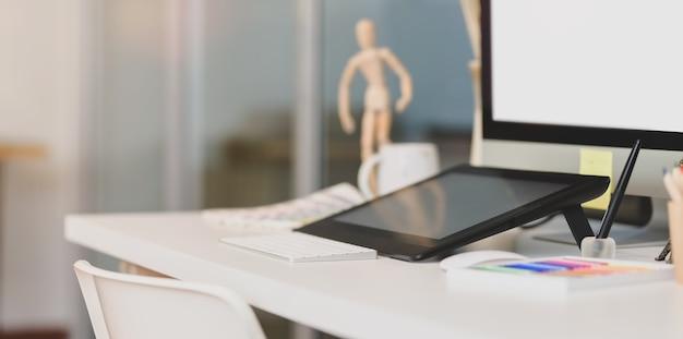 Moderne designer werkplek met grafisch tablet