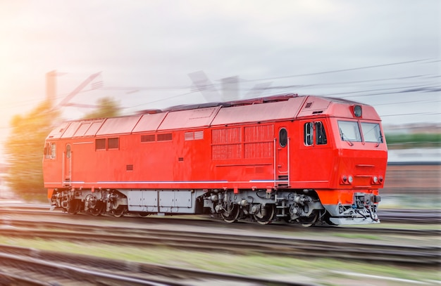 Moderne diesellocomotief treinspoorweg in motiesnelheid, rangeerwerk.