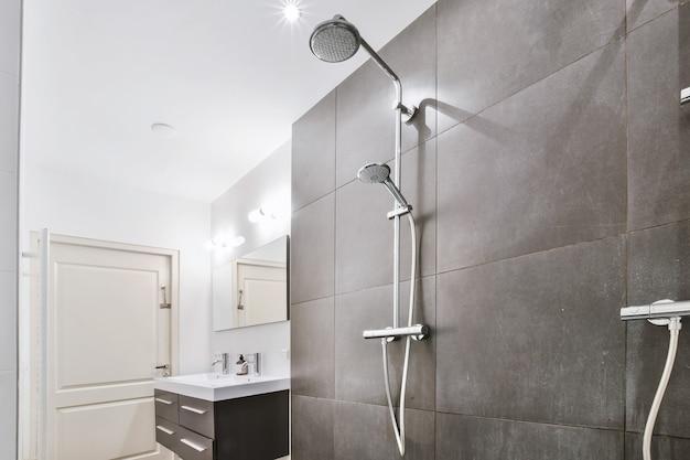 Moderne douchecabine in een lichte badkamer