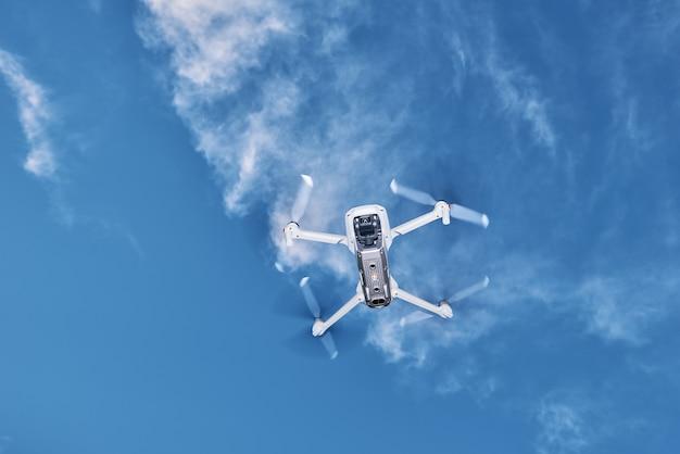 Moderne drone met camera in de lucht die quadcopter vliegt