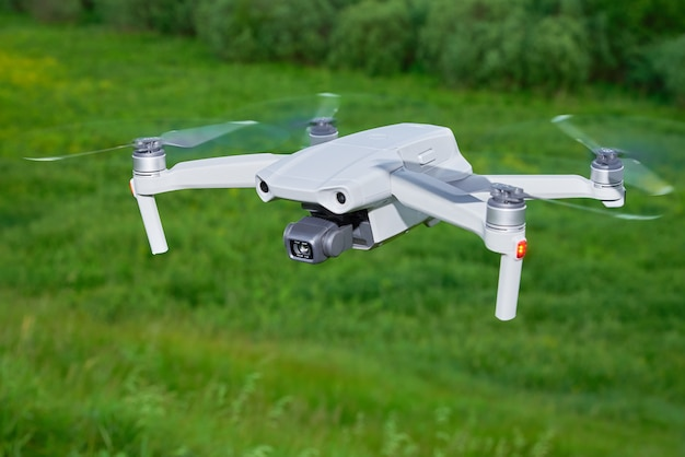 Moderne drone met camera in het veld