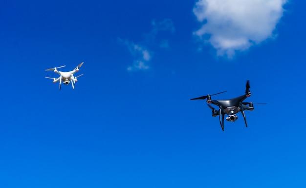 Moderne drones die boven de stad vliegen