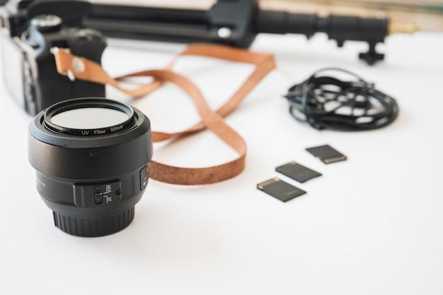 Moderne dslr-camera; herinnerings kaarten; camera lens; uitbreidingsringen en geheugenkaart