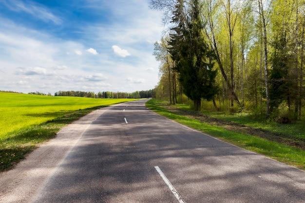 Moderne echt geasfalteerde weg voor transport, landschap op straat buiten de stad