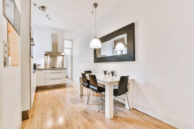 Moderne eetkamer in een luxe huis met individuele inrichting