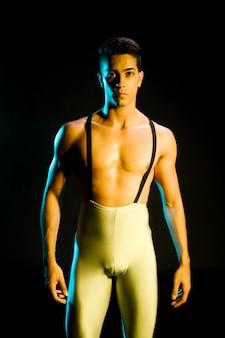 Moderne eigentijdse danser die zich in schijnwerpers bevindt