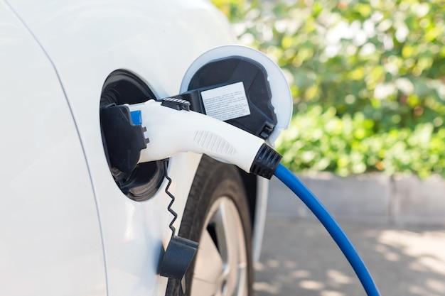 Moderne elektrische auto opladen op straat