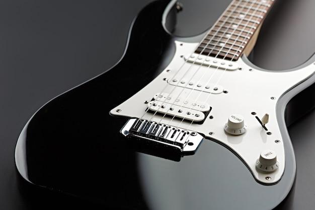 Moderne elektrische gitaar, zwarte achtergrond, niemand