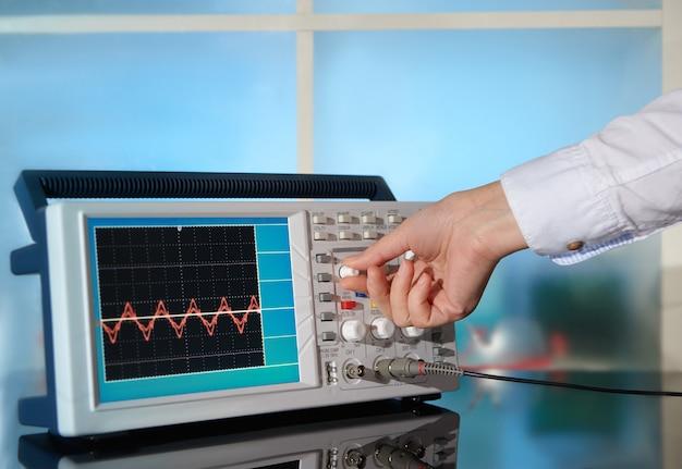 Moderne elektronische oscilloscoop op abstract