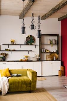 Moderne en designer scandinavische open ruimte met keuken en woonkamer. zonnige en lichte ruimte met heldere accenten