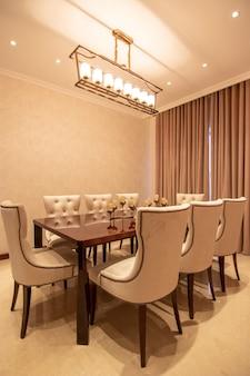 Moderne en luxe huistekening en eetkamer