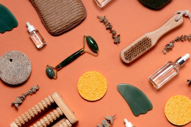Moderne en natuurlijke accessoires en kruidencosmetica voor gezichts- en lichaamsverzorging. zero waste concept en milieuvriendelijke benodigdheden voor zelfzorg. plat lag style.top horizontale weergave copyspace