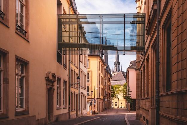 Moderne en oude architectuur in de stad luxemburg