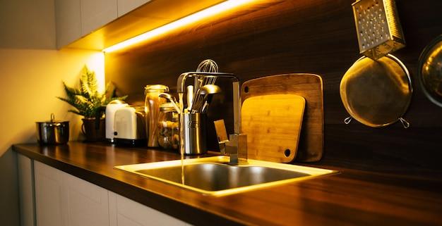 Moderne en technische keuken in nieuwe luxe woning met houten eiland