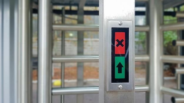 Moderne entree met hoog beveiligingsniveau, automatische elektronische tourniquet, toegangssysteem en biometrie. toegangscontrole. gesloten toegangstourniquet met verboden toegang.