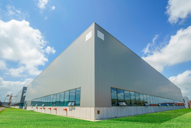Moderne fabrieksgebouwen en logistieke magazijnen